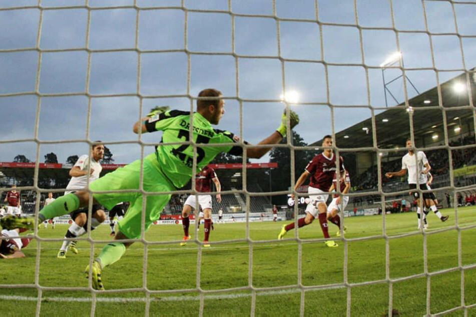 Dynamo-Torwart Marvin Schwäbe ist machtlos. Gerade kassiert er in Sandhausen  den zweiten Gegentreffer, nachdem Ex-Dynamo Tim Kister (2.v.l.) geköpft hat.