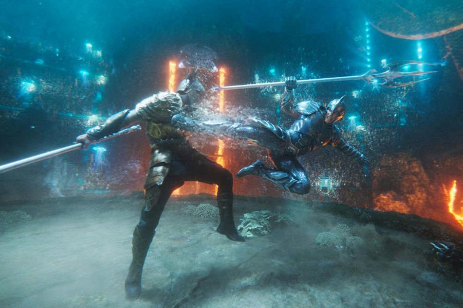 Aquaman (l., Jason Momoa) stellt sich Orm (Patrick Wilson) vor tausenden Zuschauern im Zweikampf.