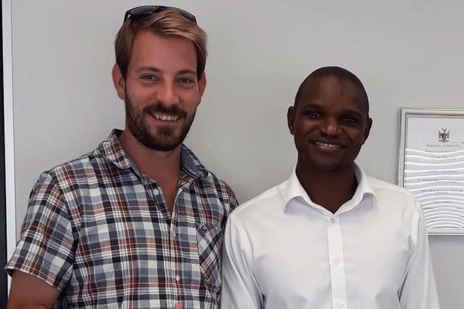 Farmer Gerald (32) mit einem seiner Ärzte.