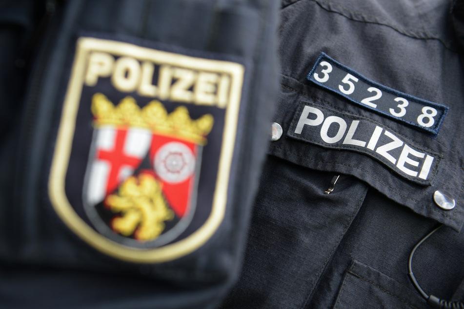 Ein Beamter der Bereitschaftspolizei Rheinland-Pfalz trägt beim Einsatz am Hauptbahnhof die Kennzeichnung an der Uniform, die aus einer fünfstelligen Nummer besteht.