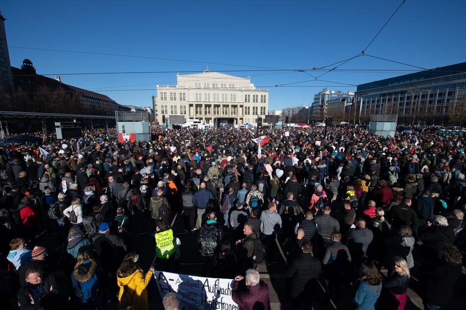 """Teilnehmer einer Demonstration der Stuttgarter Initiative """"Querdenken"""" stehen auf dem Augustusplatz in Leipzig."""