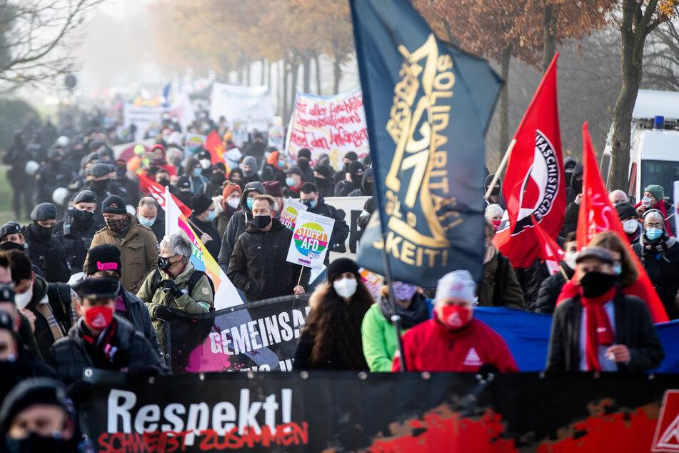 AfD-Bundesparteitag findet trotz Corona statt: Hunderte demonstrieren