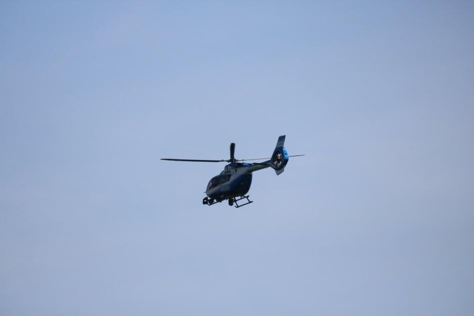 Ein Hubschrauber kreiste über den gut besuchten Badesee.