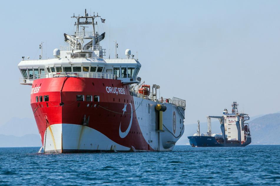 """Το τουρκικό ερευνητικό πλοίο """"Ορουκ Ρις"""" αγκυροβολημένο στα παράλια της Αττάλειας στη Μεσόγειο."""