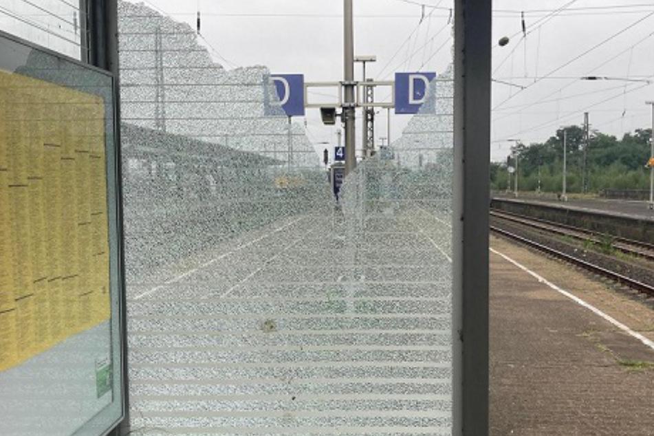 Am Bahnsteig 3/4 ging eine Glasscheibe zu Bruch.