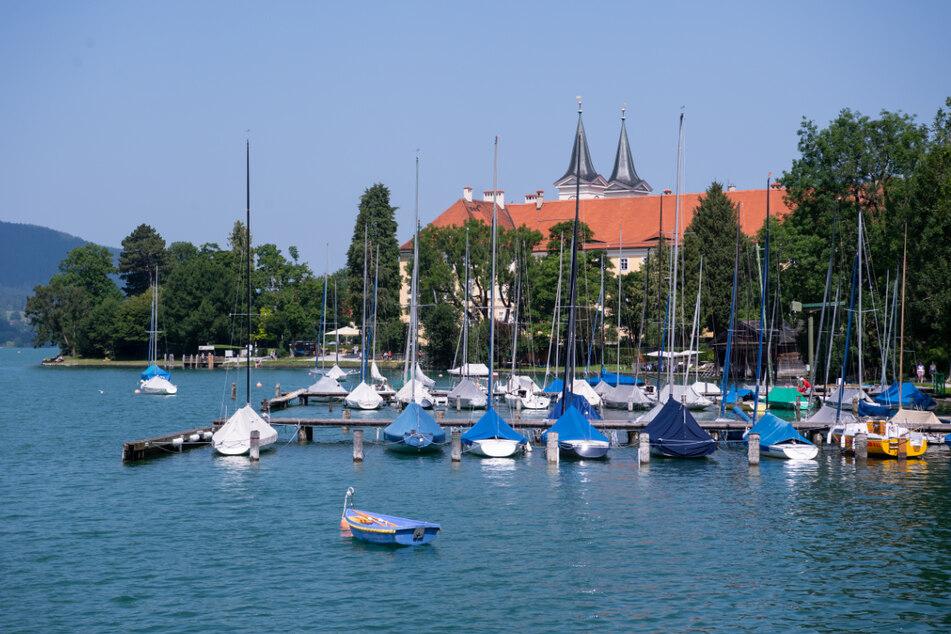 Zahlreiche Segelboote liegen vor dem Bräustüberl im Wasser des Tegernsees. Der Tourismus in Bayern zieht wieder etwas an.