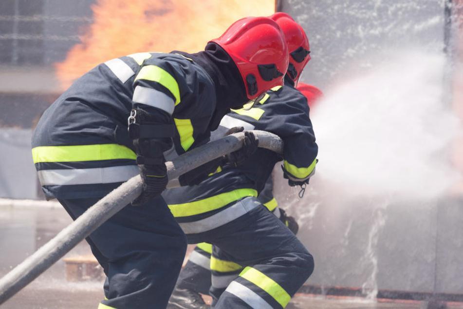 Wohnungsbrand: Feuerwehr bekämpft die Flammen und findet toten Rentner