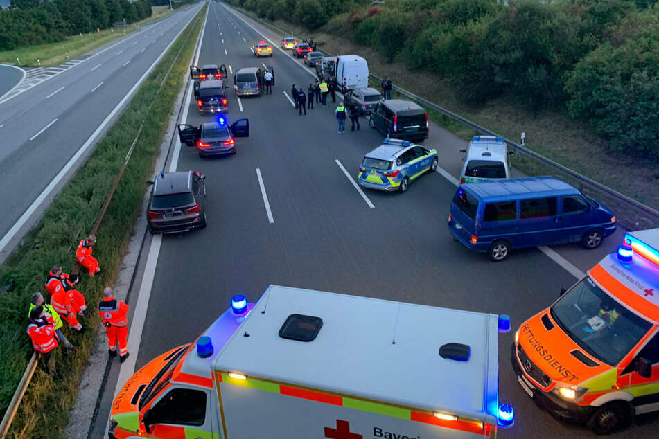 Großeinsatz auf der A9: Polizei, SEK und Rettungsdienste sind wegen einer möglicherweise bewaffneten Person im Einsatz.