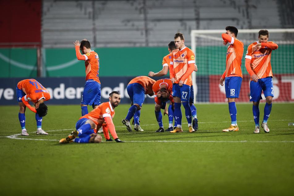 Die Kicker des SV Darmstadt 98 waren nach dem bitteren DFB-Pokal-Aus nach Elfmeterschießen bei Holstein Kiel sichtlich bedient.