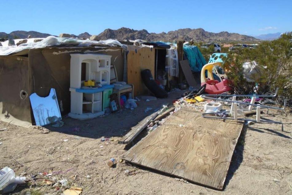 In dieser Hütte lebten die Jugendlichen zwischen Abfall und Sperrmüll.
