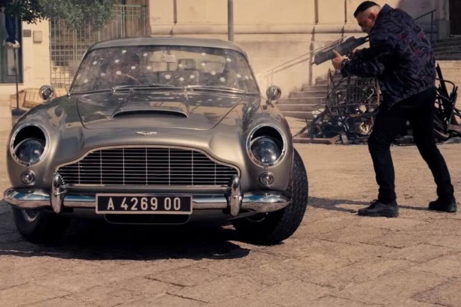 """Der Aston Martin DB5 muss im neuen """"James Bond"""" einige Treffer einstecken. Doch das Auto ist mit geheimen Waffen ausgerüstet."""
