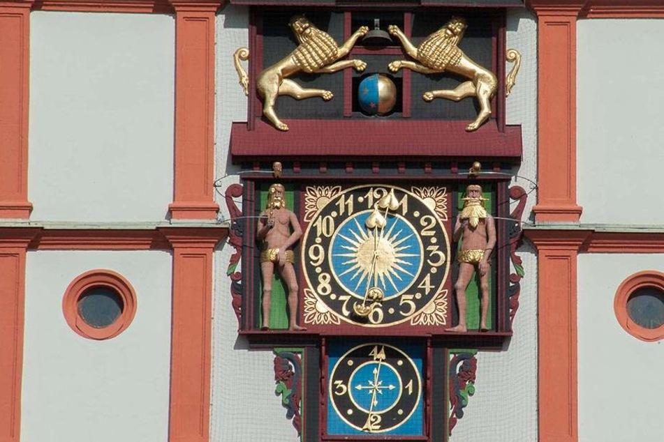 Die Plauener Rathausuhr gilt als technisches Meisterwerk, stammt aus dem Jahr 1548. Sie wurde aus- und wieder eingebaut.