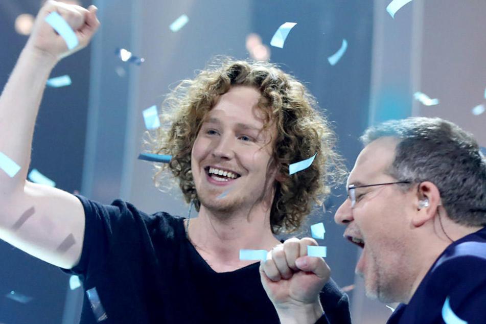 Große Freude über den Sieg: Michael Schulte auf der Bühne mit Moderator Elton.