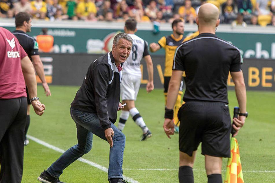Dynamo-Trainer Uwe Neuhaus war nicht mit jeder Schiedsrichter-Entscheidung glücklich, was er hier auch dem Assistenten deutlich machte.