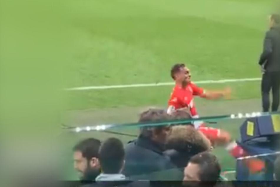 Aus Wut über Platzverweis: Fußball-Profi tritt auf VAR-Monitor ein!