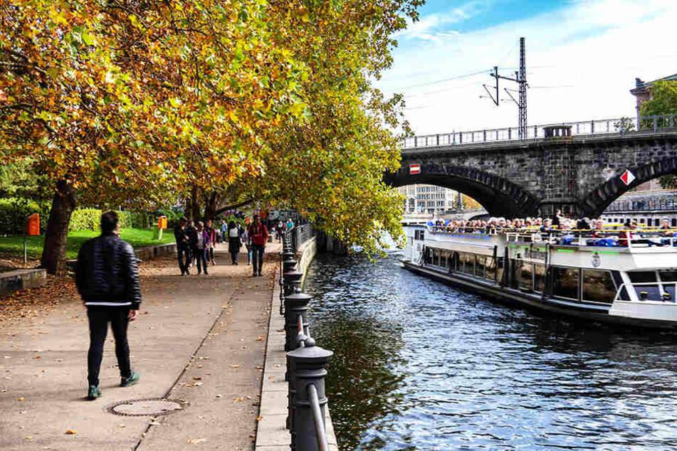 Bei mildem Wetter sind zahlreiche Spaziergänger an der Spree in Berlin unterwegs.