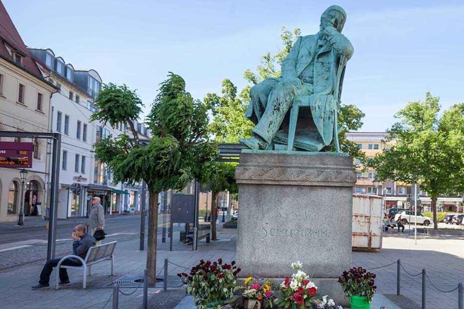 Noch vor Weihnachten soll das neue Klo direkt am Robert-Schumann-Denkmal stehen.