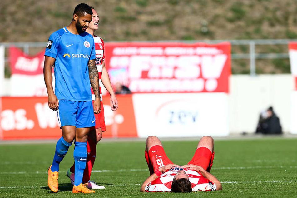 Nach den 90 Minuten lag Ronny König (r.) enttäuscht auf dem Boden und musste von Cebio Soukou fast schon getröstet werden.