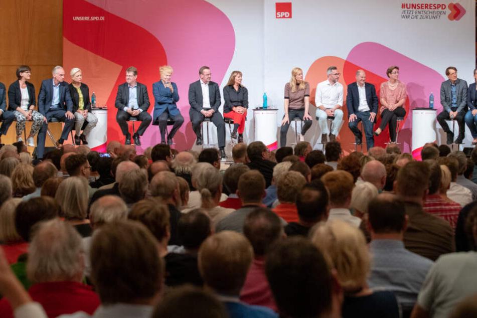 Die Bewerberinnen und Bewerber auf den SPD-Parteivorsitz bei einer Regionalkonferenz in Nürnberg.