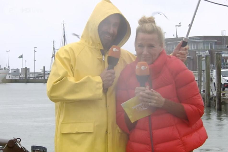 Kiwi und Gast Elmar Paulke im strömenden Regen.
