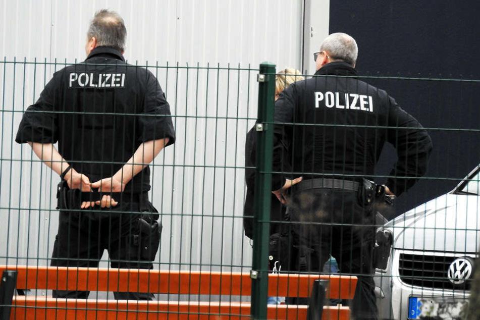 Polizisten sichern am 8. April das Flüchtlingsheim Borsdorf, in dem Mohamed B. wegen Terrorverdachtes festgenommen wurde.