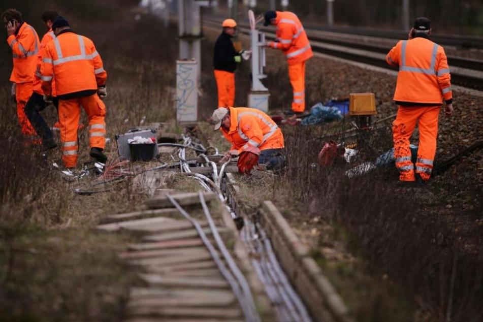 Experten der Deutschen Bahn untersuchen die durch den Brand entstandenen Schäden im Leipziger Westen zwischen Miltitz und Rückmarsdorf.
