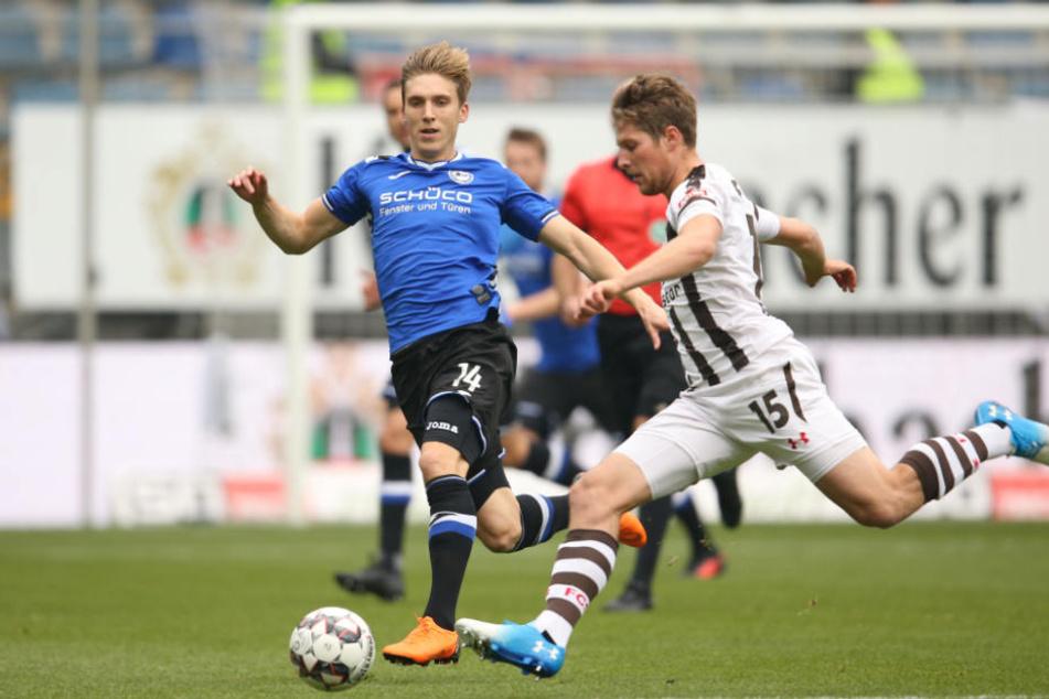 Daniel Buballa (rechts) kämpft mit Bielefelds Joan Simun Edmundsson um den Ball.