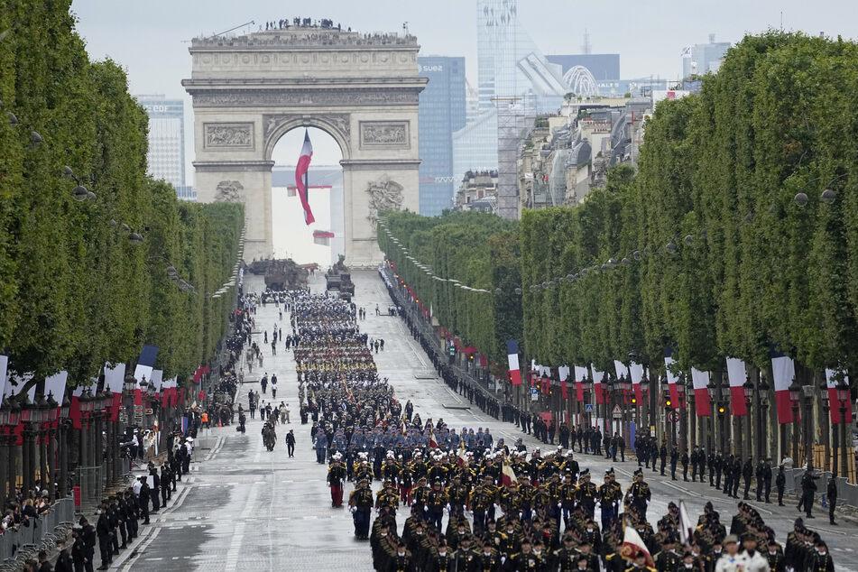 Truppen marschieren in der Militärparade zum Tag der Bastille über die Champs-Elysees.