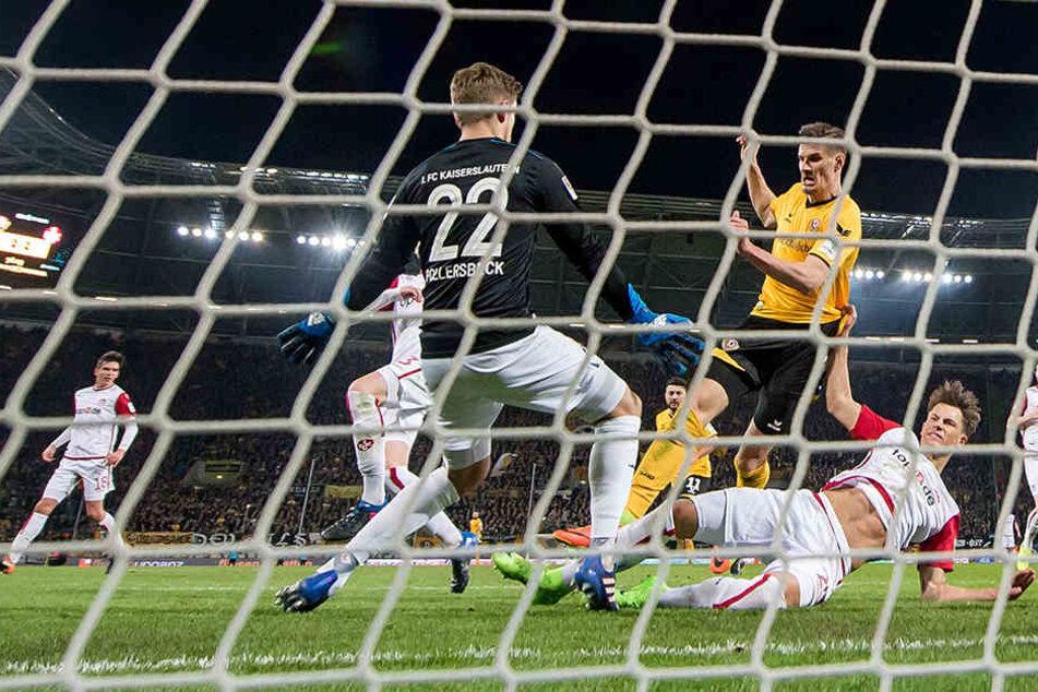 Das 3:2 gegen Lautern: Stefan Kutschke drückt den Ball über die Linie, nachdem Niklas Kreuzer perfekt in die Mitte gepasst hatte.