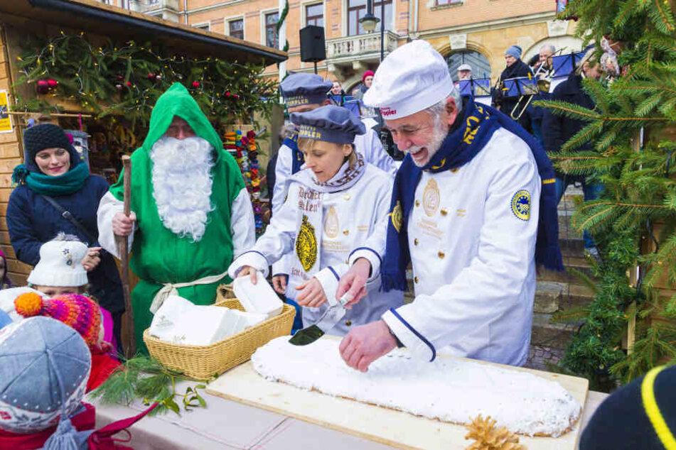 Traditioneller Dresdner Stollen darf natürlich auch auf dem Weihnachtsmarkt am Körnerplatz nicht fehlen.