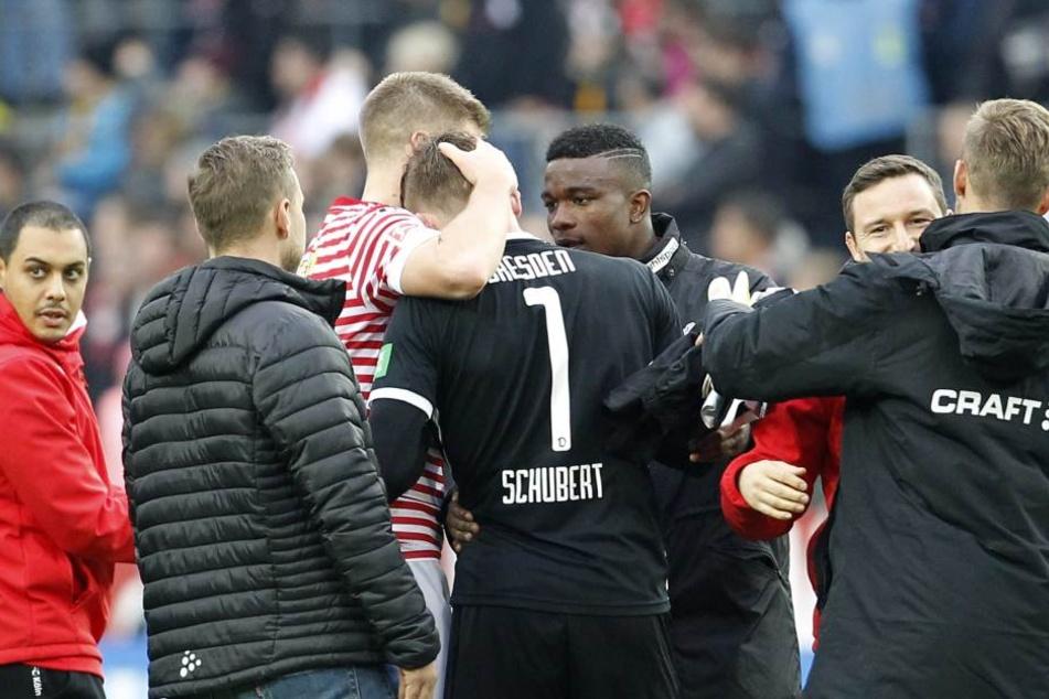 Große Szene nach dem Spiel: Dynamo-Keeper Markus Schubert wird von Kölns Stürmer Simon Terrodde und Jhon Cordoba getröstet.