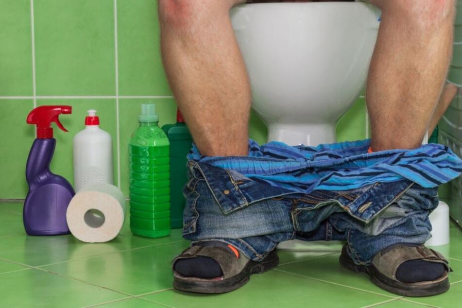 Auf der Toilette sitzend wurde das Opfer angegriffen- (Symbolbild)