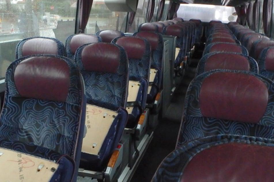 in einem der Busse konnten 29 Sitze nicht benutzt werden, weil sie nicht mehr am Sitzgestell befestigt waren.
