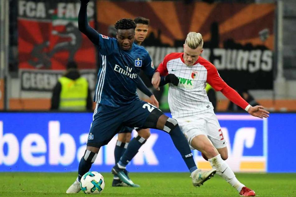 HSV-Profi Gideon Jung (26, links) kennt den FC Augsburg noch aus den Duellen zu Erstliga-Zeiten.