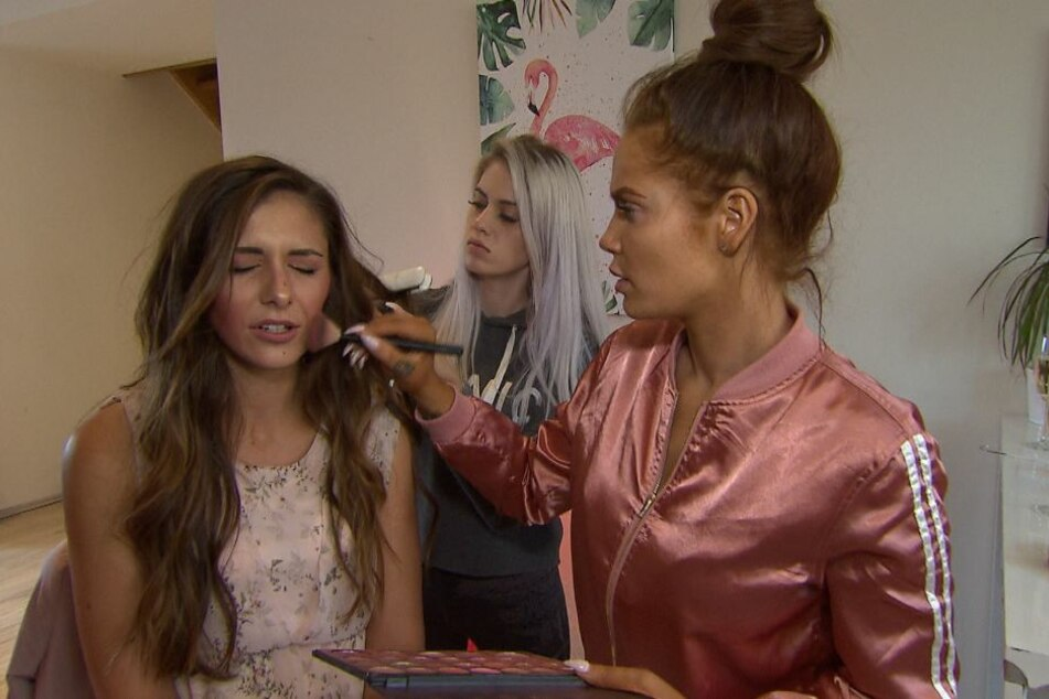 """Am Freitag wird Janette (l.) von ihren Freundinnen Gina (M.) und Yvonne für die Hochzeit geschminkt. Aber sagt sie vorm Traualtar wirklich """"Ja""""?"""