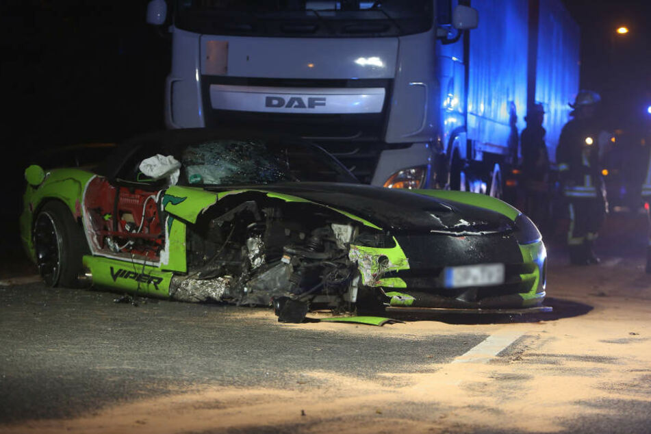 Ein 29-Jähriger starb bei dem Unfall. Ein weiterer Auto-Insasse und der Lkw-Fahrer mussten ins Krankenhaus.