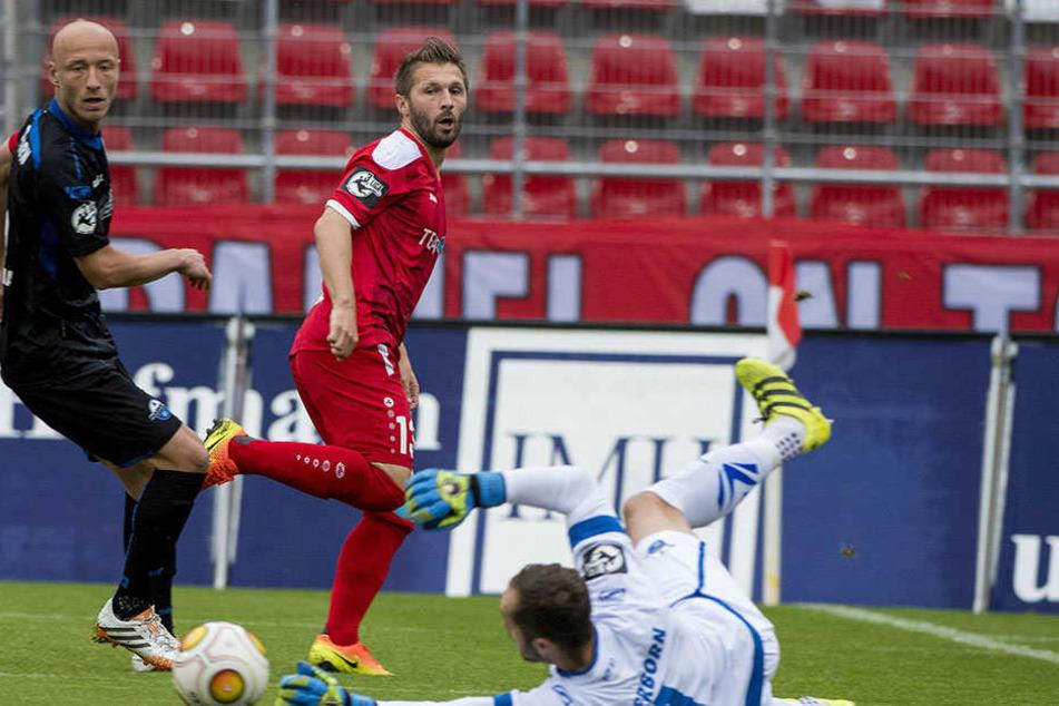 Die Paderborner Tim Sebastian und Torhüter Lukas Kruse klären vor Sebastian Tyrala.