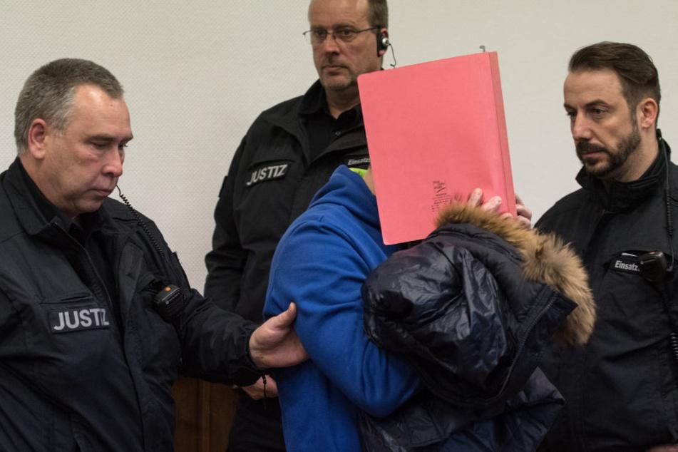 Einer der vier Angeklagten wird zum Prozessauftakt im Oktober 2016 in den Gerichtssaal geführt.
