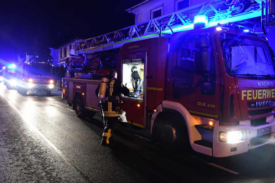 Angeblich sollen Feuerwehrleute zwei Personen schwer verletzt aus den Flammen gerettet haben.