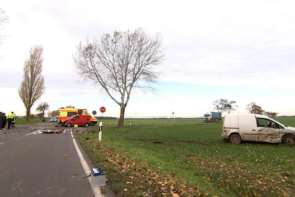 Der Unfallverursacher aus dem weißen VW Caddy lag bei Eintreffen der Feuerwehr schwer verletzt neben seinem Fahrzeug.