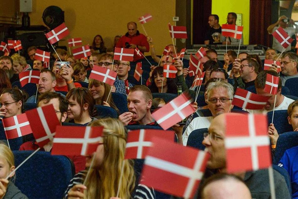 So viele Dänen-Flaggen sieht man außerhalb des Königreichs sonst eher selten.