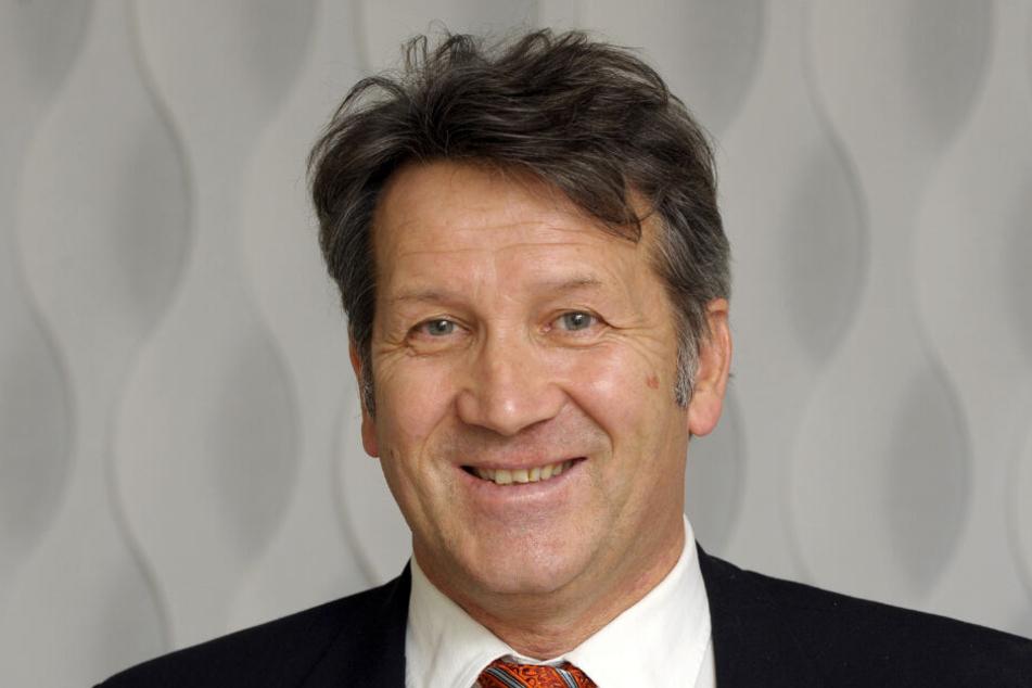 Günther Lohre lächelt während einer Pressekonferenz.