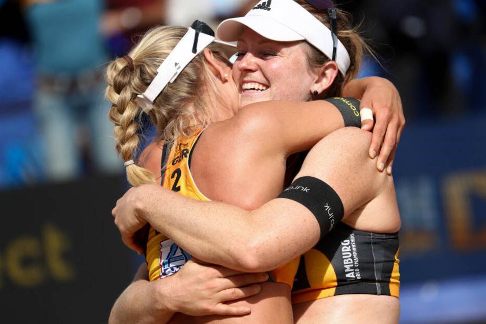 Karla Borger und Julia Sude (rechts) freuen sich über ihren Sieg auf dem Center Court.
