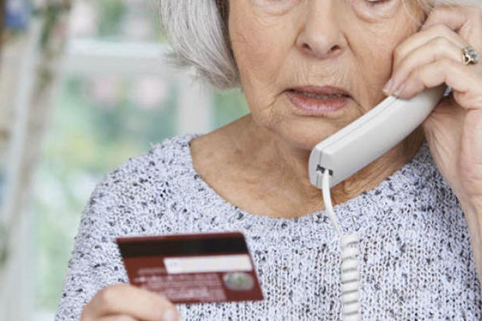 Per Telefon hatte sich der Trickbetrüger bei der Seniorin gemeldet. (Symbolbild)