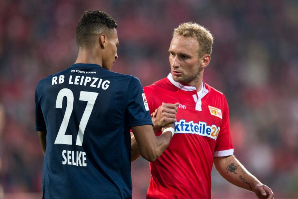 Davie Selke, inzwischen bei Hertha BSC, gibt Union Toni Leistner beim letzten Aufeinandertreffen im Stadion an der Alten Försterei (2015) die Hand.