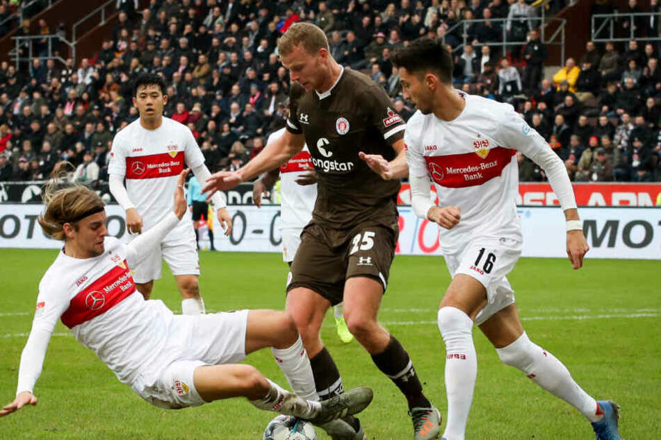 St. Paulis Henk Veerman (M) und Stuttgarts Borna Sosa (l) und Atakan Karazor kämpfen um den Ball, während Stuttgarts Wataru Endo (hinten l) zuschaut. Die Partie endete 1:1.