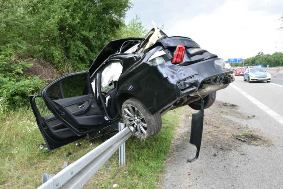 Das Auto überschlug sich mehrmals, ehe es auf der Leitplanke landete.