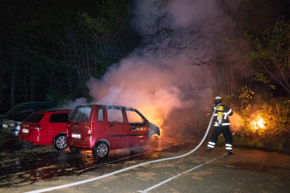 Brennende Autos in Schnelsen beschäftigten die Feuerwehr noch bis tief in die Nacht.