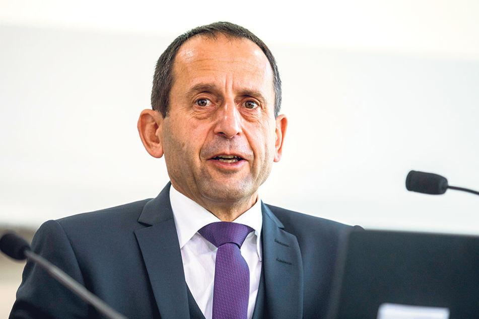 Sachsens Landeswahlleiter Burkhard Müller (54). Er ist für den  ordnungsgemäßen Ablauf der Wahlen zuständig.