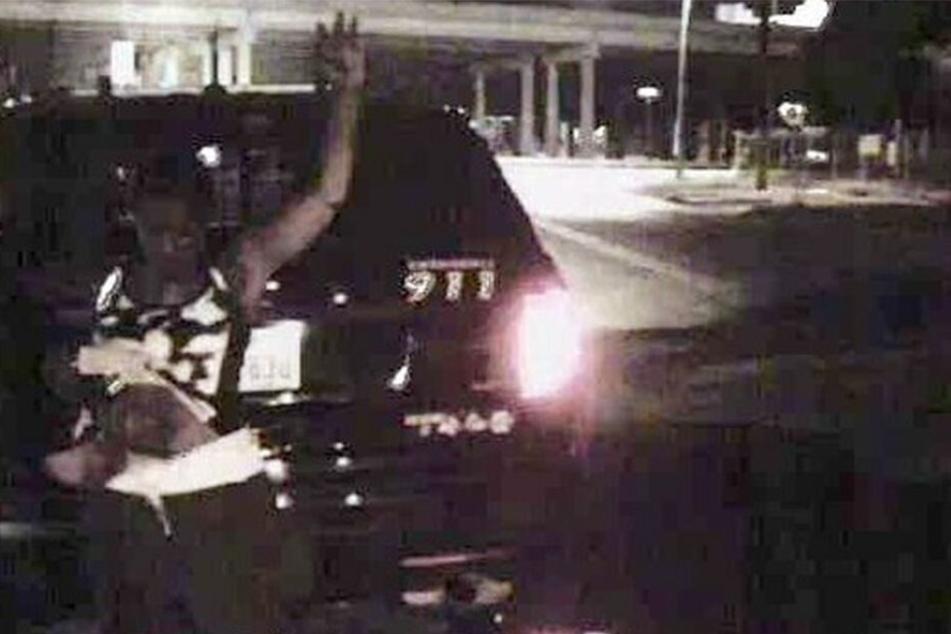 Aufnahmen der Dashcam von der Durchsuchung. Zu sehen ist Natalie Simms (40).